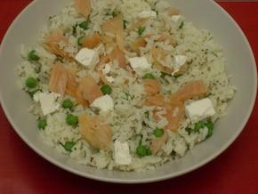 Ryż z groszkiem, łososiem i fetą