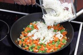 Ryż z marchewką  i groszkiem   – krok 3