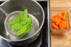 Ryż z groszkiem i marchewką – krok 2