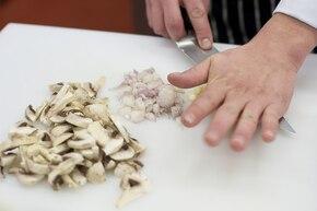Sakiewki ze schabu z grzybami – krok 1
