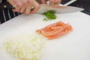 Sałata lodowa z ziemniakami i wędzonym łososiem – krok 2