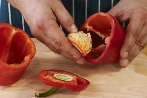 Sałata z pieczoną papryką, oliwkami i serem feta – krok 1
