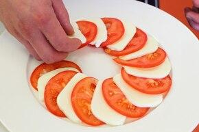 Sałatka caprese z różą z pomidora  – krok 2