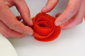 Sałatka caprese z różą z pomidora  – krok 4