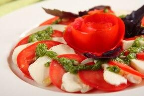 Sałatka caprese z różą z pomidora