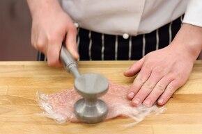 """Sałatka """"Drwala"""" z soczystym kurczakiem, kiełbasą i serem   – krok 1"""