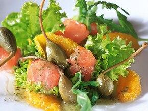 Sałatka francuska z wędzonym łososiem