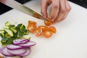 Sałatka grecka z sałatą lodową – krok 2