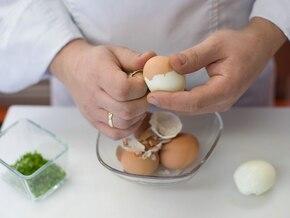 Sałatka jajeczna z burakami - VIDEO – krok 2