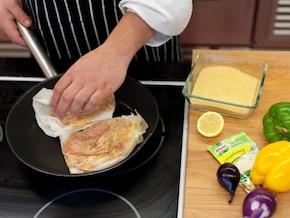 Sałatka kuskus z soczystym kurczakiem i papryką - VIDEO – krok 3
