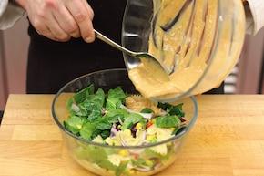 Sałatka makaronowa z nutą curry - VIDEO – krok 5