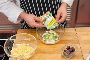 Sałatka z winogronami i serem pleśniowym – krok 1