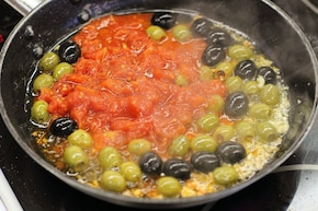 Sałatka z pomidorami i oliwkami – krok 3