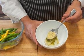 Sałatka z fasolki szparagowej i papryki – krok 3