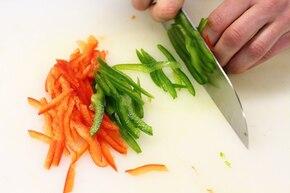 Sałatka paprykowa z szynką  – krok 1