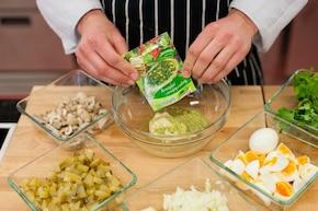 Sałatka pieczarkowa z gotowanym jajkiem i serem żółtym  – krok 4