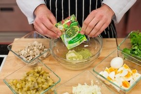 Sałatka pieczarkowa z gotowanym jajkiem i serem żółtym - VIDEO – krok 4