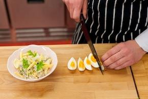 Sałatka pieczarkowa z gotowanym jajkiem i serem żółtym - VIDEO – krok 6