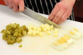 Sałatka pieczarkowa z żółtym serem – krok 2
