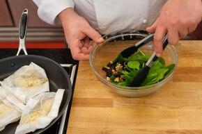 Sałatka szpinakowa z niebieskim serem i soczystym kurczakiem  – krok 4