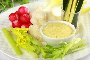 Sałatka warzywna z dipem szafranowym