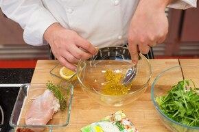 Sałatka we włoskim stylu z czosnkowym sosem – krok 2