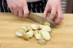 Sałatka wiosenna z ziemniakami i groszkiem   – krok 1