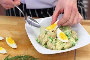 Sałatka wiosenna z ziemniakami i groszkiem   – krok 4