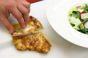 Sałatka z awokado i soczystym kurczakiem - VIDEO  – krok 7