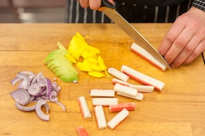 Sałatka z awokado i surimi – krok 1