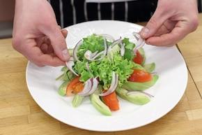 Sałatka z awokado i tuńczykiem  – krok 3