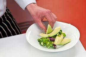 Sałatka z boczkiem, awokado i orzechami – krok 3