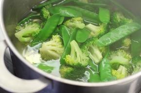 Sałatka z brokułami i fetą  – krok 1