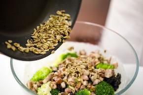 Sałatka z brokułami - VIDEO  – krok 3