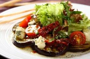 Sałatka z grillowanego bakłażana z suszonymi pomidorami