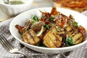 Sałatka z grillowanych ziemniaków z kurkami i wędzonym boczkiem