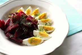 Sałatka z jajek i pieczonych buraków w sosie włoskim