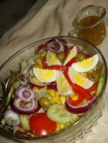 sałatka z jajkiem i oliwkami