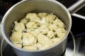 Sałatka z kalafiora z oliwkami – krok 1
