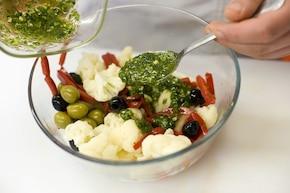 Sałatka z kalafiora z oliwkami – krok 3