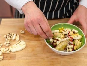 Sałatka z karczochów ze szparagami i serem halloumi – krok 4