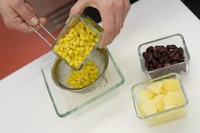Sałatka z kurczakiem i ananasem – krok 2