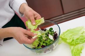 Sałatka z kurczakiem i ananasem - VIDEO – krok 3