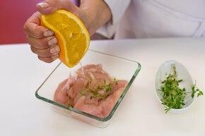 Sałatka z kurczakiem miodowo-pomarańczowym                  – krok 1