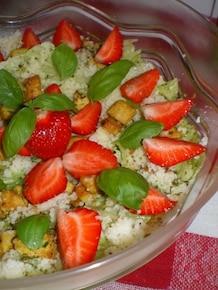 Sałatka z kurczakiem, truskawkami i kuskusem
