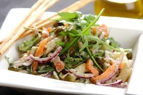 Sałatka z wędzonym łososiem i makaronem