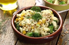 Sałatka z makaronem w kształcie ryżu z warzywami