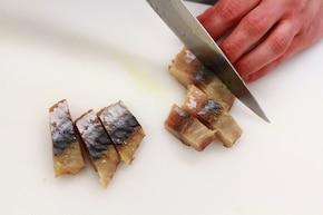 Sałatka z makreli z suszoną żurawiną – krok 2