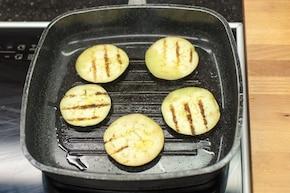 Sałatka z mozzarella i grillowanym bakłażanem – krok 2
