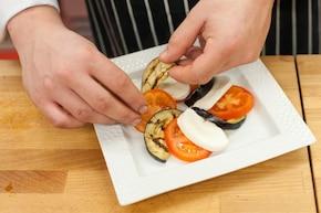 Sałatka z mozzarella i grillowanym bakłażanem – krok 3